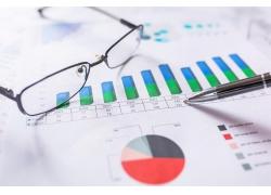 财务信息图表与眼镜