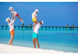 海滩上的一家人图片
