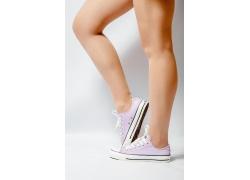 穿休闲鞋的女人