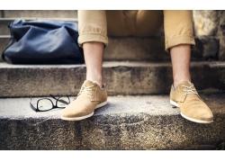 穿休闲皮鞋的男士