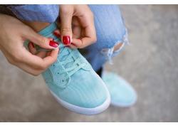 系鞋带的女人