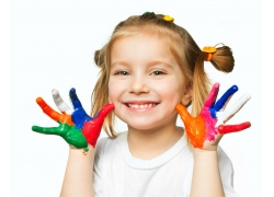 展示五彩手指的小女孩