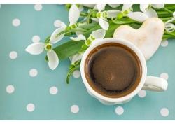 一杯咖啡杯和水仙花
