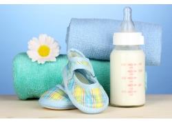 毛巾婴儿鞋子与奶瓶图片
