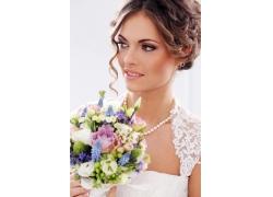 拿着花朵的美丽新娘