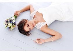 睡在木板上的美丽新娘与花束