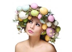 头戴复活节彩蛋的外国女人