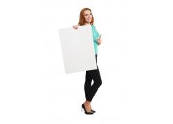 展示广告牌的时尚女人