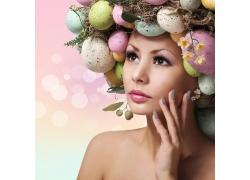 头戴复活节彩蛋的女人
