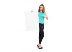 展示空白广告牌的女人