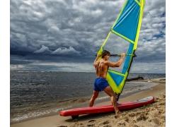 沙滩肌肉男图片