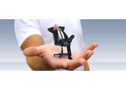 男人手上坐着的商务人士