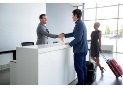 握手合作的商务人物图片