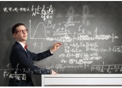 黑板上写公式的男孩
