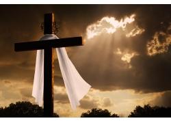 阴天下十字架上的白布