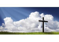 绿草上的十字架和白布