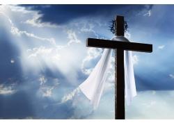 阳光洒在十字架上