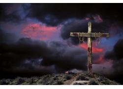 黑暗天空下的木质十字架