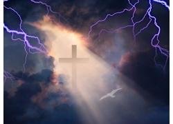 乌云下的十字架和闪电
