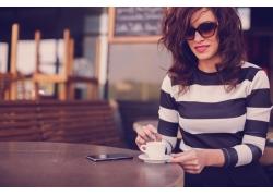 喝咖啡的职业女性