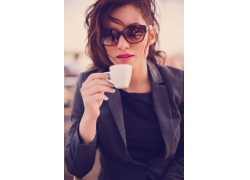 带墨镜喝咖啡的职业女性