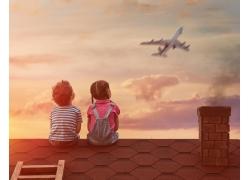 坐在房顶上看飞机的儿童
