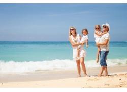海边度假的一家四口图片