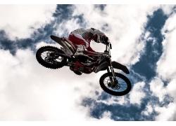 蓝天白云下的越野摩托车