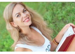 看书的美丽女孩图片