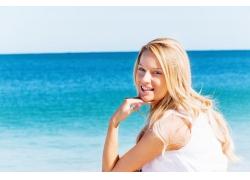 海边微笑的女孩