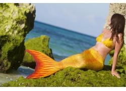 海岸的美人鱼造型女人