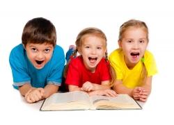 看书的孩子们图片
