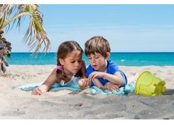 岸边嬉戏的孩童图片