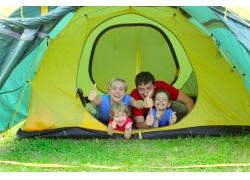 趴在帐篷点赞的一家人