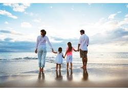 海边的一家人背影图片