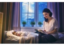 看书的妈妈图片