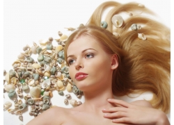 发型模特和贝壳