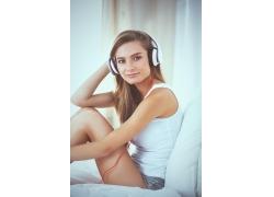听音乐的外国女孩