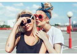 戴太阳镜的潮流女孩