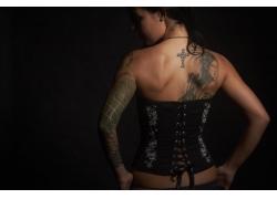 背部纹身的女人