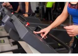 跑步机锻炼的女人