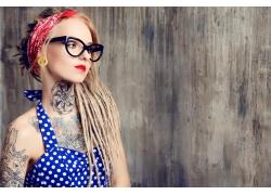 戴眼镜的纹身女孩