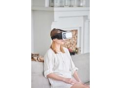 戴VR游戏眼镜的女人
