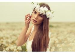头戴花环的美丽女人