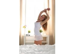 床前伸懒腰的女人