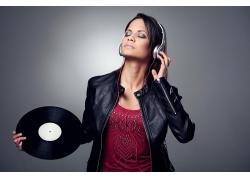 拿着黑胶碟的美女dj师