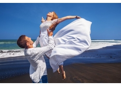 海边举起女人的男人图片