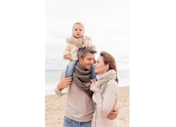 海边沙滩上的一家人图片