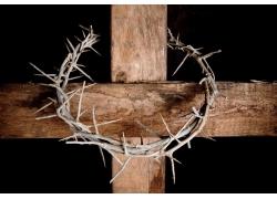 十字架上的圆形荆棘