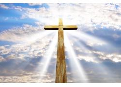 伸向天空的十字架和光芒